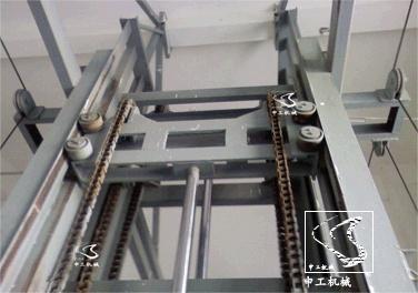 钢结构框架上,上导向滑车通过两道链条于下导向滑车