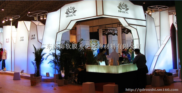 客廳軟膜吊頂大量運用了粉色裝飾,而茶幾與橫梁軟膜天花吊頂采用相同