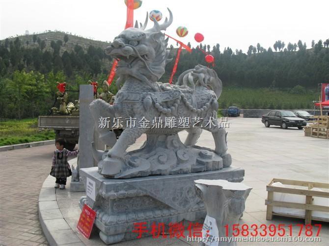 石雕动物就是用石头雕刻出来的各种造型动物雕塑,是在中国传统建筑中经常使用的一种装饰物。在中国的宫殿,寺庙,佛塔,桥梁,府邸,园林,陵墓,以及印钮上都会看到它。   石雕动物石雕牛,简而言之就是用石头经过加工、雕刻而成的牛模样的石雕。这些石雕牛可用在各个场所,可以使这些场所显得有一定的艺术气息。    石雕动物石雕牛,体形一般都很健壮、磅礴,它们往往象征着平安、顺利和幸福。在美国中,牛则用来寓意证券行情的牛市发展,这起源还是在美国纽约证券交易所门前有一个体形庞大的石雕牛,有的被称是美国股市从业者的