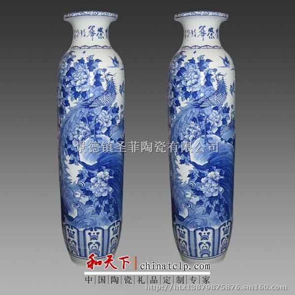 本厂为景德镇专业陶瓷大花瓶厂,生产各类陶瓷大花瓶,包括万件超大型陶瓷花瓶,万件超大花瓶的制作难度非常大,不仅仅是花瓶坯胎的制作难度大,也包括花瓶的瓷绘,烧窑等。本厂有着多年的专业制作超大型陶瓷花瓶的经验,常规款式包括万件青花瓷山水大花瓶,万年青花瓷清明上河图,万年青花瓷迎客松大花瓶,万年墨彩瓷万里雄风(长城)大花瓶,万件青花瓷百鸟朝凤大花瓶等等。