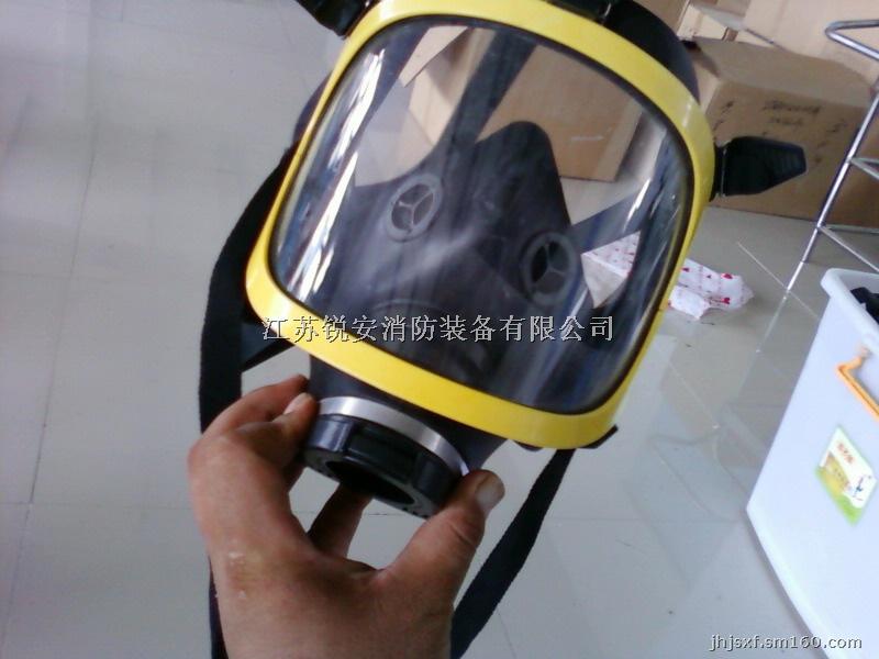 多用途的Voler全面罩 有三种接口结构; 可配合各种过滤罐使用; 可作为一个供风式呼吸器的面罩; 可作为压缩空气长管呼吸器的面罩; 可作为消防正压式空气呼吸器的面罩; 还可作为氧气呼吸器的面罩。 有红、黄、蓝三种颜色可供选择。 优异的呼气阀性能 专利设计独特呼气阀确保使用者呼吸阻力小,感觉舒适;其性能完全达到欧标EN136 3级的相关标准要求。 高质量的面屏 强化处理,防刮伤,耐磨损。 防雾处理,确保不会因上雾而影响视线。 高透光率,视野清晰,100%无视觉变形现象。 佩戴舒适 双层橡胶边缘使其与面部四