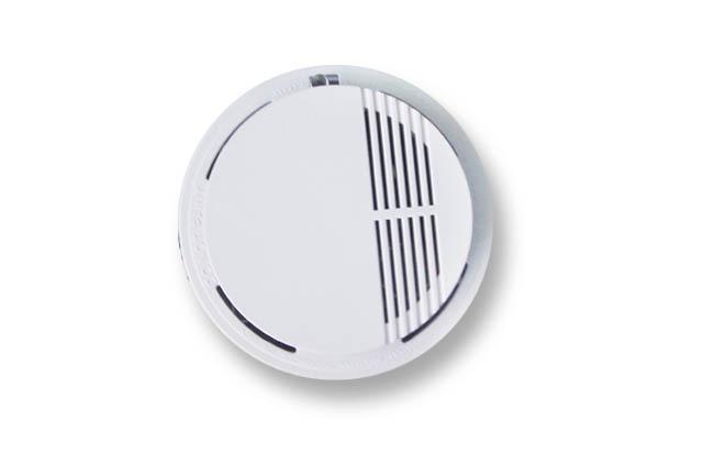 更多产品请看www.bjyfyj.com 010-82418786 13911615969 一、产品特点: 烟雾报警器采用光电型传感器,灵敏度高,寿命长,功耗低;内置的微电脑采用模糊智能控制,故障自检,防止漏报误报,性能稳定可靠;当监测到烟雾浓度超标时,立即声光报警。 二、技术性能: 1、报警方式:当监测到烟雾浓度超标时,立即声光报警。 2、灵敏度:符合GB4715-1993标准。 3、报警音量:90分贝。 4、工作电压:DC9V,使用1节GF22型电池。 5、工作电流:监控状态10A,报警状态20mA。