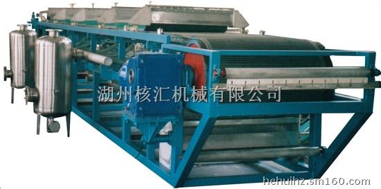 DU橡胶带式真空过滤机是以真空负压为推动力实现固液分离的设备,在结构上,过滤区段沿水平长度方向布置,可以连续完成过滤、洗涤、吸干、滤布再生等作 业。过滤机具有过滤效率高、生产能力大、洗涤效果好、滤饼水分低、操作灵活,维修费用低等优点。可广泛应用于冶金、矿山、化工、造纸、食品、制药、环保等领 域中的固液分离,尤其在烟气脱硫中的石膏脱水方面(FGD)有良好的应用。 橡胶带式过滤机技术特点: A、可以连续完成喂料过滤、滤饼洗涤、吸干、卸料、滤布再生等工艺操作。 B、过滤母液和各段滤饼洗涤液可以分段收集,并可实现