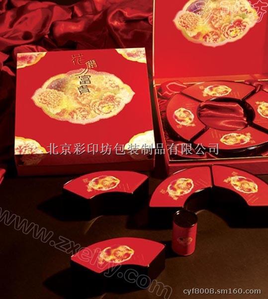 北京精品礼品盒设计制作加工厂之彩印坊,北京礼品,设计制作包装盒,彩印坊作为一专业印制中高档印品的印刷公司,彩印坊印刷积累了多年丰富的经验,拥有整套德国、日本进口印刷设备和一批高、精的技术人员,能够提供从设计制作到印刷和加工的全程服务。 1)、包装类:各类产品包装盒、各类光盘套,手机盒,各类药品、酒类、食品、化妆品、纪念币盒,海报彩页。生物制品包装盒(箱)的制作与设计等; 2)、企业机关宣传资料印刷: 企业简介、宣传画册、产品样本、说明书、内部刊物、企业年报、用户手册、手提袋、封套单页、报价单、宣传单页、海