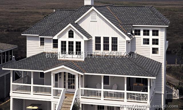 玻纤沥青瓦吸取了古典欧式瓦的风格和特色,适用于混泥土及木屋结构的屋顶,它给环境增添了浪漫、温馨和舒适,与大自然浑然一体,给人田园生活的享受。它是自重最轻的新型瓦材,由于自重轻,可以大大减少屋面的荷载,减少运输费用和施工费用,对于某些旧房加层和改造的建筑项目,选用单层沥青瓦是最合适不过的了。主要有以下几个特点:柔韧性好,耐压力,防水性能好。替代了传统的泥陶瓦,水泥瓦。、既防水又美观,减轻屋面负荷。颜色典雅,美观大方,优化环境。任何复杂形状的结构施工都能达到设计要求。施工简单,无污染,又能减轻工人劳动强度。