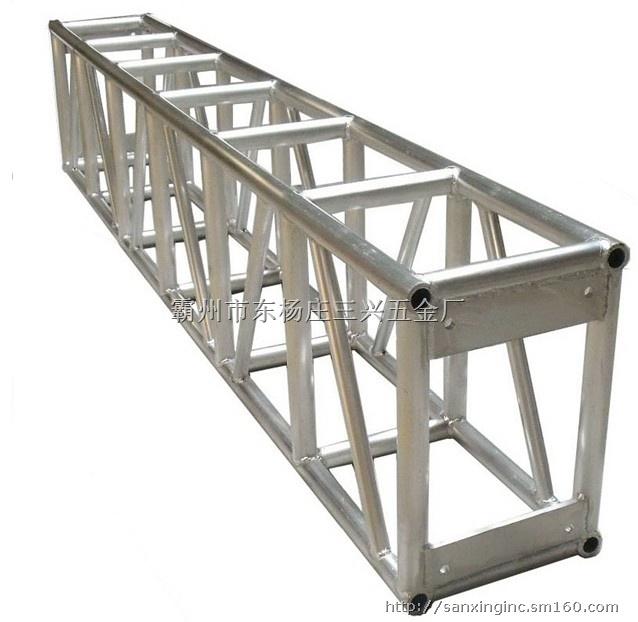 产品介绍由直杆组成的一般具有三角形单元的平面或空间结构。在荷载作用下,桁架杆件主要承受轴向拉力或压力,从而能充分利用材料的强度,在跨度较大时可比实腹梁节省材料,减轻自重和增大刚度,故适用于较大跨度的承重结构和高耸结构,如屋架、桥梁、输电线路塔、卫星发射塔、水工闸门、起重机架等。产品属性常用的有钢桁架[1]、钢筋混凝土桁架、预应力混凝土桁架、木桁架、钢与木组合桁架、钢与混凝土组合桁架。桁架按外形分有三角形桁架、梯形桁架、多边形桁架、平行弦桁架,及空腹桁架。在选择桁架形式时,应综合考虑桁架的用途、材料、支承方