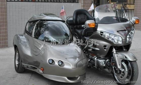 本田金翼GL1800边三轮摩托车 引擎:水冷四冲SOHC 12V 水平对向6汽缸 缸径/冲程:74 x 71mm 排气量:1832cc 压缩比:9.8:1 供油:PGM-F1电子燃油喷注系统自动风门 最大马力:119ps 最大扭力:17.29kg-m 传动:5前速轴传动,附电力推动倒挡 轴距:1691mm 座高:740mm 油缸容量:25公升 净重:363公斤 前胎:130/70 - R18 后胎:180/60 - R16 前悬挂:45mm正立前叉,TARQ防俯冲设计 后悬挂:Pro-Arm单摇臂 ro-