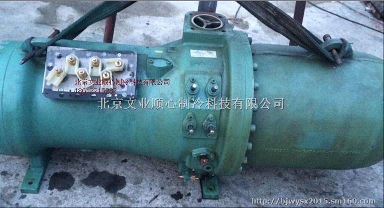 1 比泽尔压缩机,制冷系统中最重要的部件,按照压缩方式可以分为活塞式,螺杆啮合式和涡旋式压缩机。作为特约经销商,本公司供应比泽尔半封闭螺杆压机、半封闭一体式螺杆压机、比泽尔单级半封闭活塞式压机、比泽尔双级半封闭活塞式压缩机等全系列压缩机。 2 比泽尔螺杆机的有很多优点 第一就是它所使用的轴承质量比较独特,从我个人经验和维修率来说比泽尔的轴承很耐用,很少有抱轴的现象,这与比泽尔压机内置油路单独设计有很大的关系,他油路都是用油管供油的,油路流向不一样! 第二它加载方式优于普通国产品牌压缩机设计 3 比泽尔压缩