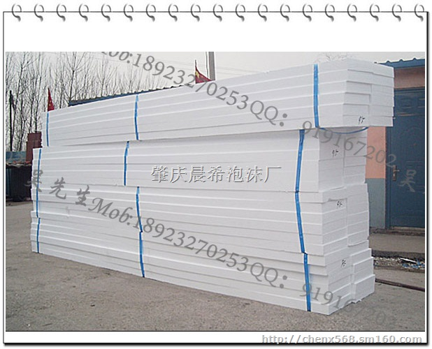 EPS保温隔热板引是诚美涂料采用聚合物砂浆、玻璃纤维网格布、阻燃型模塑聚苯乙烯泡沫板(EPS)等材料复合而成,集保温、防水、饰面等功能于一体,采用模塑成型,体积密度低,造价经济。工厂化生产,现场粘结施工,是满足当前房屋建筑节能需求,提高工业与民用建筑外墙保温水平的优选材料,也是对既有建筑节能改造的首先材料。EPS泡沫是一种热塑性材料,每立方米体积内含有300-600万个独立密闭气泡,内含空气的体积为98%以上,由于空气的热传导性很小,且又被封闭于泡沫塑料中而不能对流,所以EPS是一种隔热保温性能非常优良的