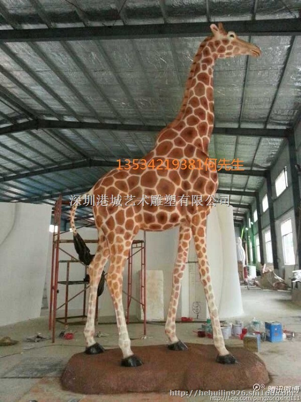 深圳厂家推出动物造型玻璃钢长颈鹿雕塑认准港城雕塑,公司以提升企业品牌、品质、品位为定位,为企业进行产品调研、研发及生产。具有专业的产品开发团队。以力求打造成凝聚行销焦点,进一步扩大品牌行销视野,用产品研发设计,精心策划创意独特的各项活动,综合运用视觉设计等来提升企业形象。 主要承接:树脂雕塑、水泥雕塑、校园雕塑、酒店雕塑、家居雕塑、泡沫雕塑、人物雕塑、肖像雕塑、圆雕、浮雕、动物雕塑、抽象雕塑、展台雕塑、街景雕塑、大门雕塑形象雕塑、模型雕塑、道具雕塑、不锈钢雕塑、玻璃钢雕塑、铜雕、石雕、砂岩雕塑、石膏雕塑、