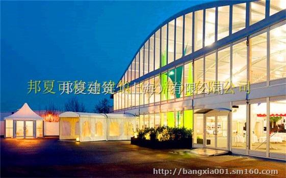 三明膜工程工程 邦夏移动建筑(上海)有限公司是一家专业从事新型的户外活动用临时建筑,储运轻便,被称之为流动房产。它被广泛应用于临时仓库,厂房,临时施工,会展篷房,施工篷房,紧急救灾,膜结构建筑。对国际的群众来说是一个全新的概念,也是近几年才逐渐出现正在人们的日常户外活动当中,它由基原可移动框架和篷布组成,框架一般有合金和钢为主要部件,贮存便利,具有体积小等特性。篷布是篷房十分主要的部件,它的好坏直接影响部合篷房的安全性,同时也与活动的安全性亲密相关,因此选择高质量的篷布十分主要。篷房设计理念安全,快捷,