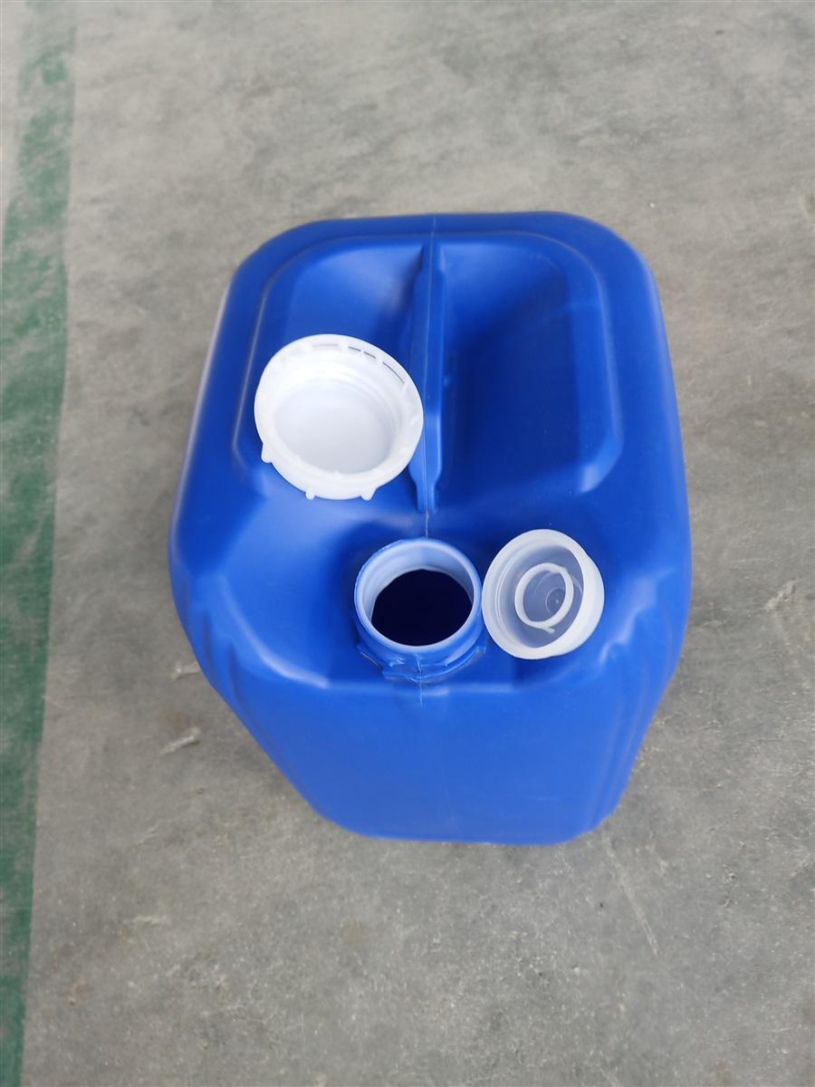 详细介绍1详细介绍 25升对角方形包装塑料桶(销售热线:13573496556; QQ:2824190300) 是采用全新食品级材料,该材料经过卫生防疫部门全面检测、符合生产食品包装桶的各项指标,且具有不含塑化剂报告、QS认证等资质一、原料优势:公司采用全新高分子高密度聚乙烯,包括齐鲁石化的1158、卡塔尔TR571、上海金菲TR550和韩国大林TR580,耐强酸强碱,无毒环保。 二、生产设备:公司购置秦川SCJ230B塑料挤出吹塑中空成型机,具有128点壁厚控制系统,可对产品任一位置壁厚进行控制,从而