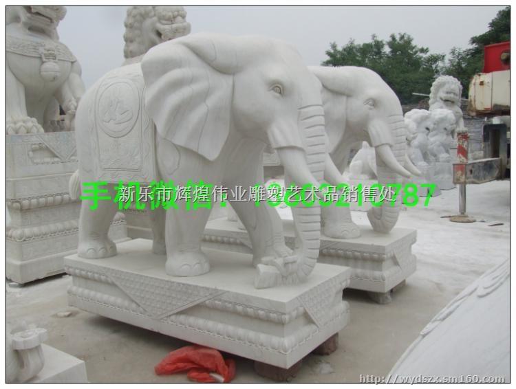 名称:陕西动物石雕塑、石雕厂家   材质:石材   适应场景:园林、广场、办公场所   在中国的宫殿,寺庙,佛塔,桥梁,府邸,园林,陵墓,以及印钮上都会看到它。但是更多的时候,石狮是专门指放在大门左右两侧的一对狮子。其造型并非我们现在所看见的狮子,可能是因为中土人士大多没有见过在非洲草原上的真正的狮子。但也有说法是西域狮与非洲狮体态不同的缘故。   中文名称:石狮子:(shi shi zi)   中国人历来把石狮子视为吉祥之物,在中国众多的园林名胜中,各种造型的石狮子随处可见。古代的官衙庙堂、豪门