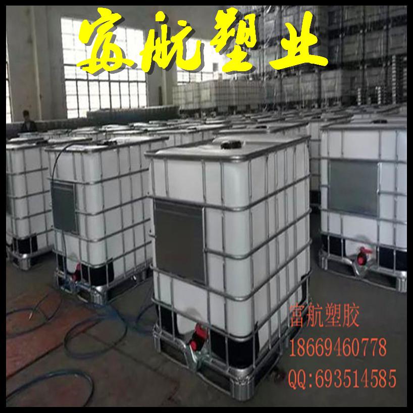 吨桶 IBC集装桶说明IBC---中型散装容器。别名:吨装桶、吨桶、吨包装、千升桶。 英文:IBC TANK IBC集装桶具有质轻、高强、耐腐等优点。 IBC集装桶广泛用于:化工、医药、食品、涂料、油脂等行业。 产品特点 产品名称吨桶IBC集装桶 1特制螺丝固定的钢杆,能很容易很迅速的更换内容器 2内容器采用HDPE,注塑一次成型,抗紫外线,防老化、易清洗、无毒性。 3外框架采用热镀锌钢管焊接成型,底部托盘通过防滑螺钉固定、坚固、耐用、耐腐蚀。 4框架外面的产品标记板,可以标注企业名称,产品及其他需要标注